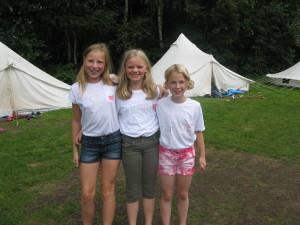 Die drei Freundinnen freuen sich über ihre selbst bemalten Shirts